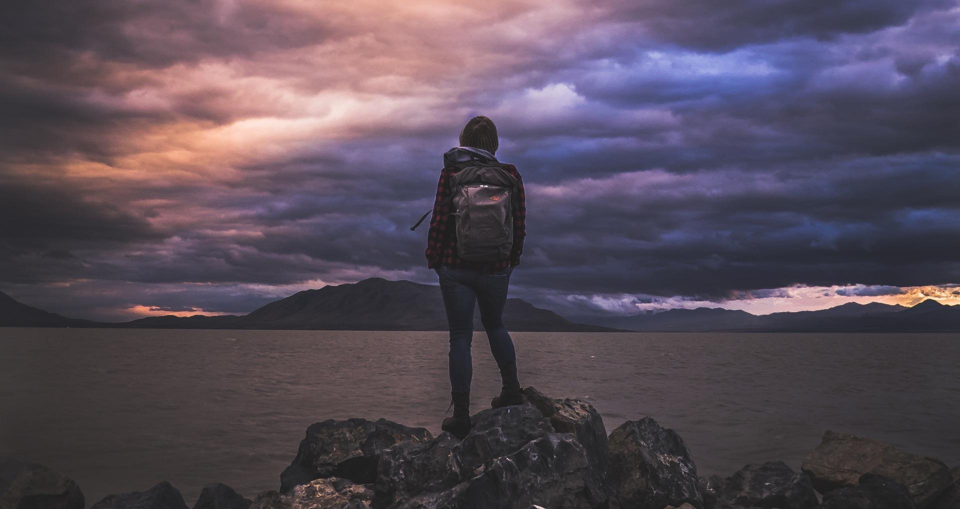 Viajante individual, alpinista, caminhadas, liberdade, Mochila, nuvens, montanhas, Violet - Papéis de parede HD - Professor-falken.com