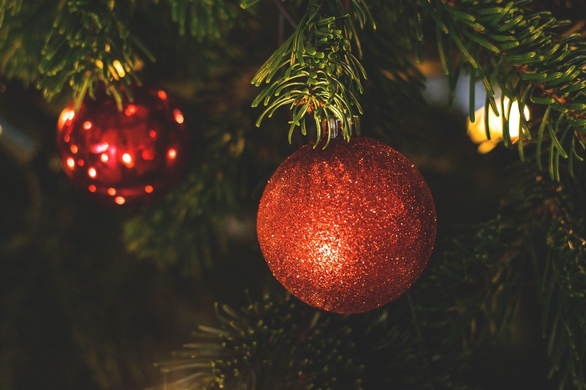 Fondo de pantalla de bolas rbol abeto brillos rojas for Nostalgische weihnachtskugeln